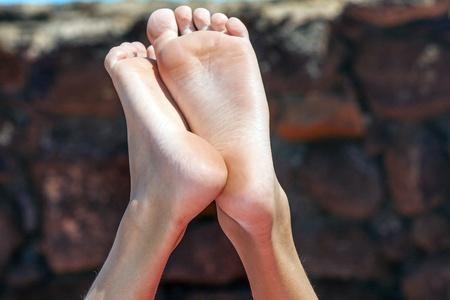 scalzo ragazze: piedi di rilassata ragazzo Archivio Fotografico