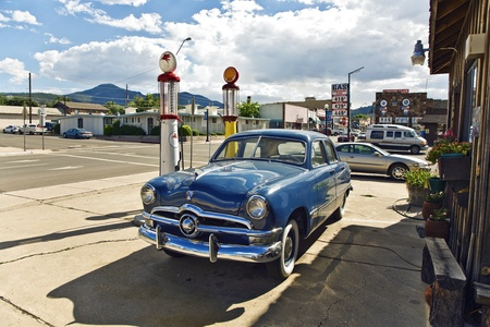 refilling: historic patrol station at Route 66 with oldtimer in superb condition