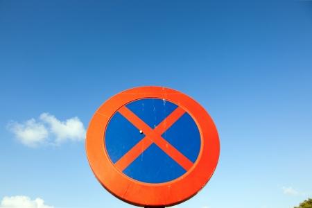 no parking: Pas de parking et l'arr�t signe sous le ciel bleu