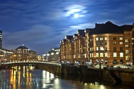 clinker: storico Speicherstadt di notte ad Amburgo