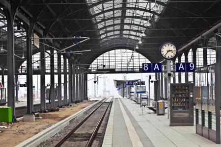 estacion de tren: la estación de tren classicistical en Wiesbaden, Alemania Editorial