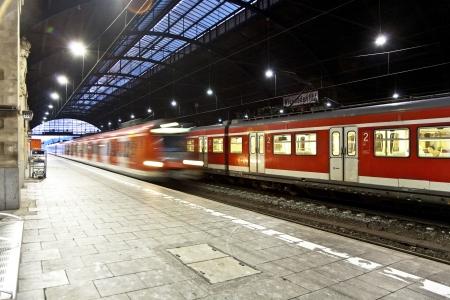 estacion de tren: Tren im movimiento entra en la estación