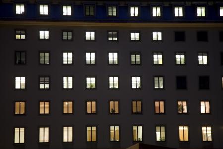 structured: ventanas de una casa de negocios con la luz por la noche dando una impresi�n estructurado, viena