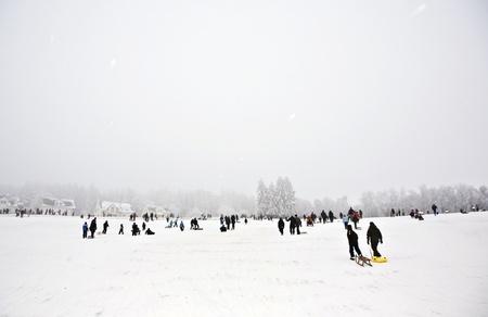 toboga: i bambini sono pattinando in una pista per slittini in inverno sulla neve Archivio Fotografico