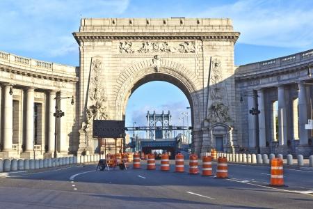 Gate to manhattan Bridge via the triumphal arch and colonnade at the Manhattan entrance Stock Photo - 13715456