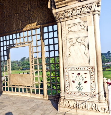 india gate: Detail, inlaid flowers on marble column, Hall of Private Audience or Diwan I Khas at the Lal Qila or Red Fort in Delhi, India Stock Photo
