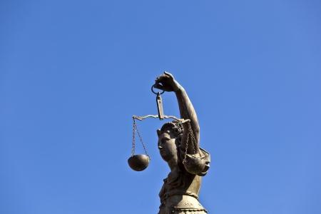"dama de la justicia: Estatua de la Justicia ""Justitia"" frente a la Romer en Frankfurt - Alemania"