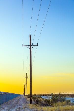 torres de alta tension: línea eléctrica por tierra en zona desértica