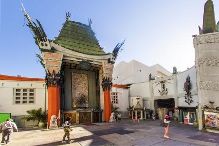 LOS ANGELES - 26. Juni: Graumans Chinese Theatre am 26. Juni 2012 in Los Angeles, CA. Es gibt fast 200 Hollywood-Berühmtheit Handabdrücke, Fußabdrücke und Autogramme im Beton von seinen Vorplatz.