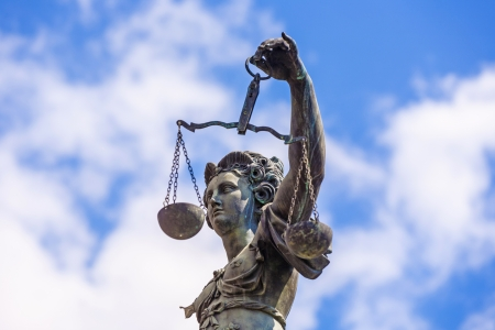 dama de la justicia: Estatua de señora Justice delante del Romer en Frankfurt - Alemania