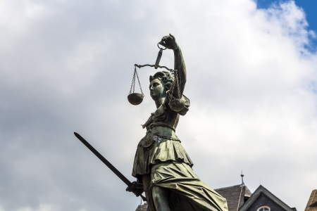 justitia: Estatua de se�ora Justice delante del Romer en Frankfurt - Alemania