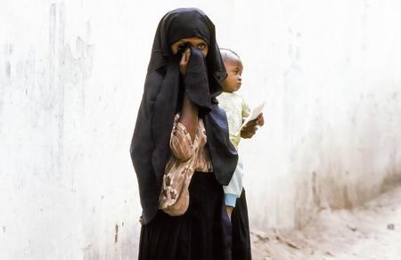illiteracy: Hadhramaut, YEMEN - MAYO 15: madre desconocida Ar�bica lleva a su beb� en un vestido envolvente de mayo 15,1993 en Hadramaut, Yemen. en 2008 todav�a el 62 por ciento de las mujeres de las zonas rurales el analfabetismo.