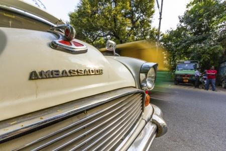 morris: Nuova Delhi - 14 ottobre: ??parchi Ambassador auto a strada ottobre 14,2012 a New Delhi, India. L'auto prodotto da Hindustan Motors in India � in produzione dal 1958 e sulla base del modello Morris Oxford III.