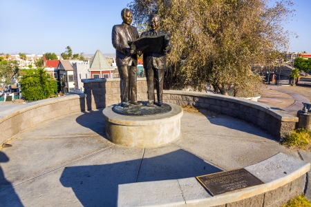 britan: LAKE HAVASU, USA - JULY 8: statue of Robert Paxton McCulloch who bought the London Bridge on July 8, 2008 in Lake Havasu, USA. The attraction was opened on October 10, 1971 with  fanfare and fireworks.