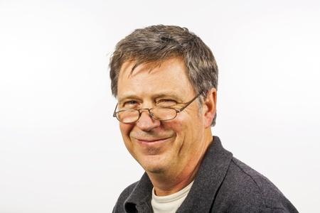 vecchiaia: uomo sorridente isolato su uno sfondo bianco