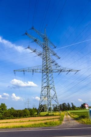 Wieża dla energii elektrycznej w krajobrazie wsi pod bÅ'Ä™kitne niebo Zdjęcie Seryjne