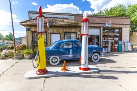 ford: WILLIAMS, USA - 8 juli: oude retro tankstation op 8 juli 2008 in Williams, USA. In 1926 Highway 66 werd opgericht en vandaag de dag, alle van het centrum van Williams is op de National Register of Historic Places. Redactioneel