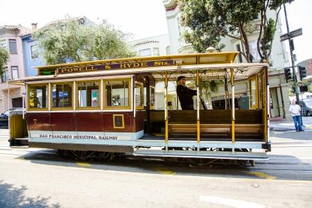 Permanent: SAN FRANCISCO, Verenigde Staten - 25 juli: De Kabelbaan tram, juli 25,2008 in San Francisco, USA. De San Francisco cable car-systeem is wereldwijd laatste permanent handbediende kabelbaan systeem.