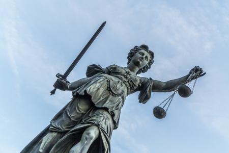 estatua de la justicia: famoso justicia dama en Frankfurt bajo el cielo azul Foto de archivo