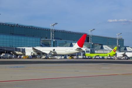 unicef: Francoforte, Germania - 22 agosto: Japan Airlines JA736J sul grembiule dopo l'atterraggio il 22 agosto 2012 a Francoforte, in Germania. JAL supporta l'UNICEF e dipinge questo sul corpo aereo. Editoriali