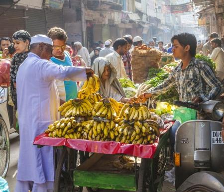 DELHI, INDIEN - 16. Oktober: Chawri Bazar ist ein spezialisierter Großhandel Vermarktung von Lebensmitteln und Gemüse auf 16. Oktober 2012 in Delhi, Indien. Gegründet im Jahr 1840 war es das erste Großmarkt von Old Delhi.
