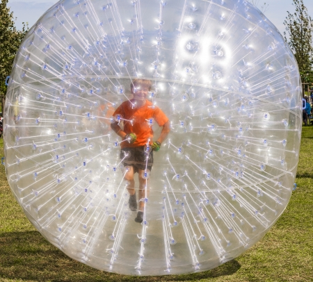 bloating: child has a lot of fun in the Zorbing Ball