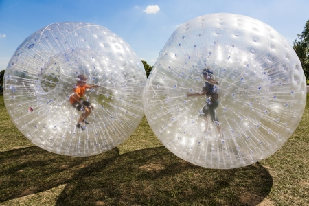 Kinder haben viel Spaß in der Zorbing-Ball