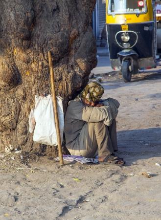 limosna: Jodhpur, India - 23 de octubre: Indian mendigo pidiendo limosna en la calle el 23 de octubre de 2012 en Jodhpur, India. M�s del 37% de la poblaci�n de India vive por debajo del umbral de pobreza.