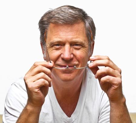 glass eye: hombre sonriente con gafas de lectura Foto de archivo