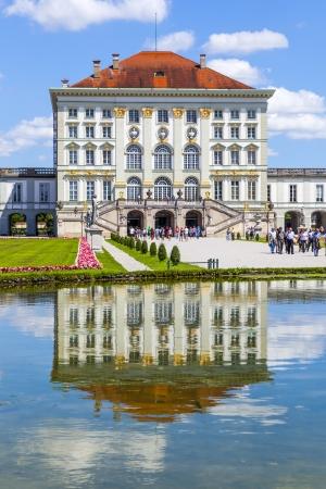MUNICH, Alemania - 07 de julio: Fachada del castillo de Nymphenburg en julio 7,2011 en Munich, Alemania. El palacio fue encargado por los Reyes de Saboya a los dise�os del arquitecto italiano Agostino Barelli en 1664. Foto de archivo - 17949628
