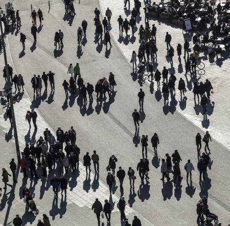 multitud gente: la gente camina a lo largo de la Zeil en Mediodía en Frankfurt con grandes sombras. El Zeil es una de las calles comerciales más famosas y concurridas de Alemania.