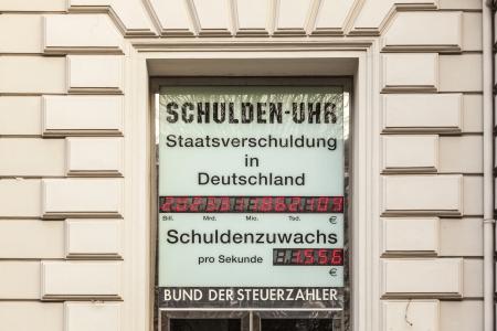 podatnika: Wiesbaden, Niemcy - 20 listopada: zegar wskazuje aktualny dług w listopadzie 20,2011 w Wiesbaden, Niemcy. Sojusz podatnika sprawić, że dług publiczny zegar.