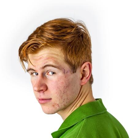 赤い髪と緑のシャツでクールな少年