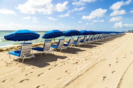 parasols en leeg strand banken op het strand in Miami Stockfoto