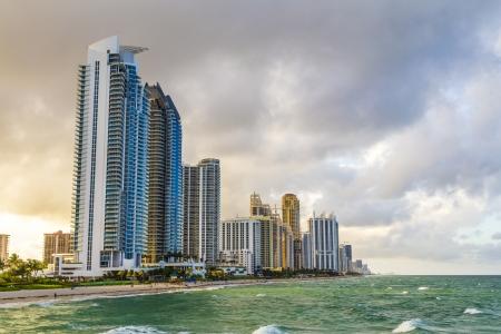 サニー アイルズ ビーチのマイアミ、フロリダ州の超高層ビル