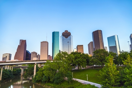 Zicht op het centrum van Houston in de late namiddag met wolkenkrabber
