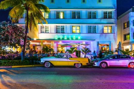 MIAMI BEACH - 28 juli: Nacht uitzicht op Ocean Drive op 28 juli 2013 in Miami Beach, Florida. Art Deco Night-Life in South Beach op Ocean Drive is een van de belangrijkste toeristische attracties in Miami.