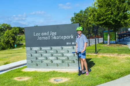 ヒューストン、アメリカ合衆国 - 7 月 11 日 10 代の少年ポーズ誇らしげにリーとジョー月 23 日スケートパークの入り口の看板に 7 月 11,2013 でヒュース 報道画像