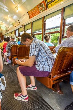 NEW ORLEANS - 17 JUILLET gens voyagent avec la célèbre vieille voiture ligne de la rue St Charles, le 17 Juillet 2013, à la Nouvelle-Orléans, Etats-Unis C'est la plus ancienne en exploitation continue ligne de tramway dans le monde