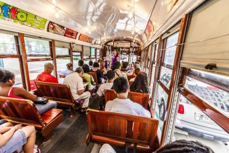st charles: NEW ORLEANS - 15 luglio: persone viaggiano con la famosa vecchia auto via linea St. Charles il 15 luglio 2013, New Orleans, Stati Uniti d'America. E 'la pi� antica linea di tram continuamente operante nel mondo. Editoriali