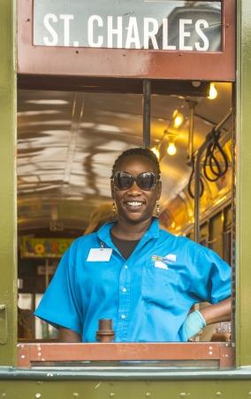 st charles: NEW ORLEANS - 17 luglio conduttore amichevole nel famoso Old Street auto St Charles linea il 17 luglio 2013 a New Orleans, Stati Uniti d'America E 'la strada continuamente operativo linea di auto pi� antica del mondo