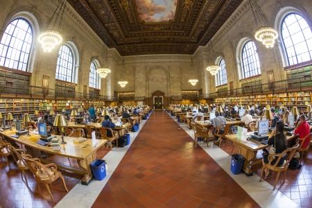 NEW YORK CITY - 10 juillet personnes étude dans la New York Public Library le 10 Juillet 2010, à Manhattan, New York City New York Public Library est la troisième plus grande bibliothèque publique en Amérique du Nord
