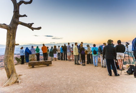 BRYCE, USA - JULY 16: people wait for the first sun at the platform above the grand staircase on July 16, 2008 in Bryce, USA. In 1928 the area became the status national park. 新闻类图片