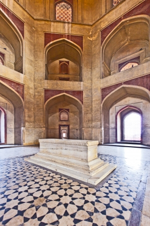 델리, 인도 - 년 11 월 11 일 : 델리, 인도에서 2011년 11월 11일에 후마윤의 무덤 내부의 대리석 무덤. 무덤은 1,569에서 70 사이에 후마윤의 첫 번째 부인 베 에디토리얼