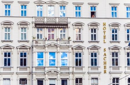 creador: VIENA, Austria, 25 de abril: fachada del Hotel Sacher, el 25 de abril de 2009 en Viena, Austria.The propiedad privada de lujo de 5 estrellas Hotel Sacher Wien se ha establecido en 1876 por Eduard Sacher, hijo del creador de la famosa Sacher original-Torte . Editorial