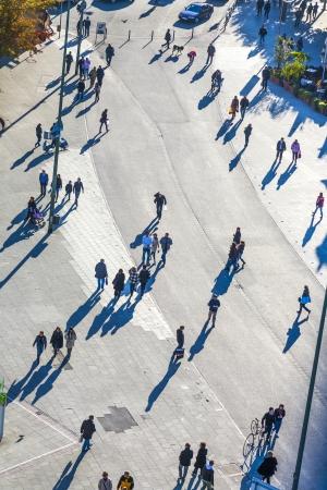 FRANKFURT, Německo - říjen 20: lidé chodí po Zeil Říjen 20, 2009 ve Frankfurtu nad Mohanem. Zeil je od 19. století nejznámějších a nejprodávanějších pěší zóny v Německu.