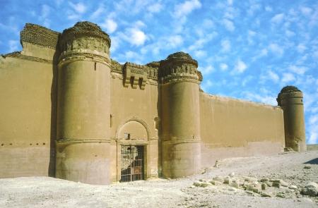 ibn: AL-SUKHNAH, SYRIA - OCT 23   Qasr al-Hayr al-Sharqi castle in the syrian desert on Oct 23, 1996 in AlSukhnah, Syria   It was built by the Umayyad caliph Hisham ibn Abd al-Malik in 728-29 CE in an area rich in desert fauna
