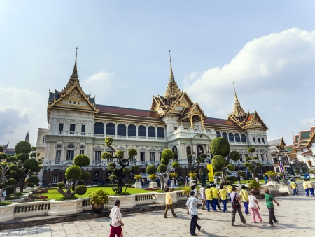 grand pa: BANGKOK, THAILAND - JAN 4: people visit Chakri Maha Prasat in Grand Palace on January 4, 2010 in Bangkok, Thailand.  The palace was built by King Rama V and completed in 1882.