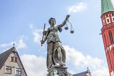 dama justicia: Estatua de la Justicia frente a la Romer en Frankfurt - Alemania