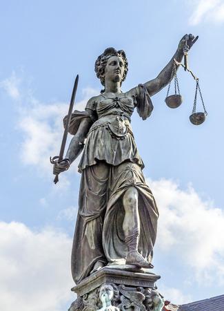 Standbeeld van Vrouwe Justitia in de voorkant van de Romer in Frankfurt - Duitsland